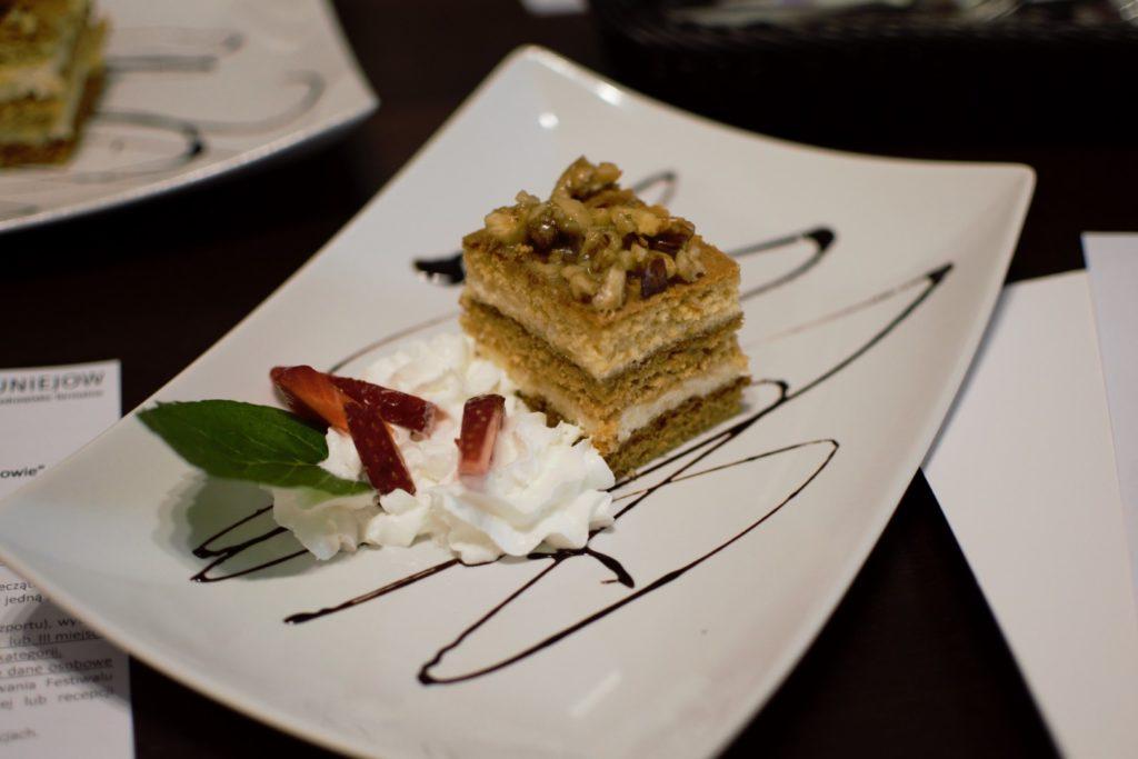 Kawałek ciasta na białym, prostokątnym talerzu