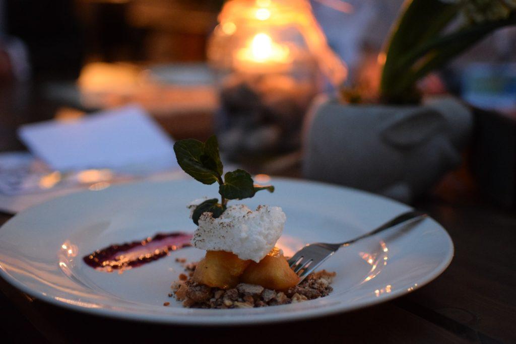 Potrawa ułozona na białym talerzu