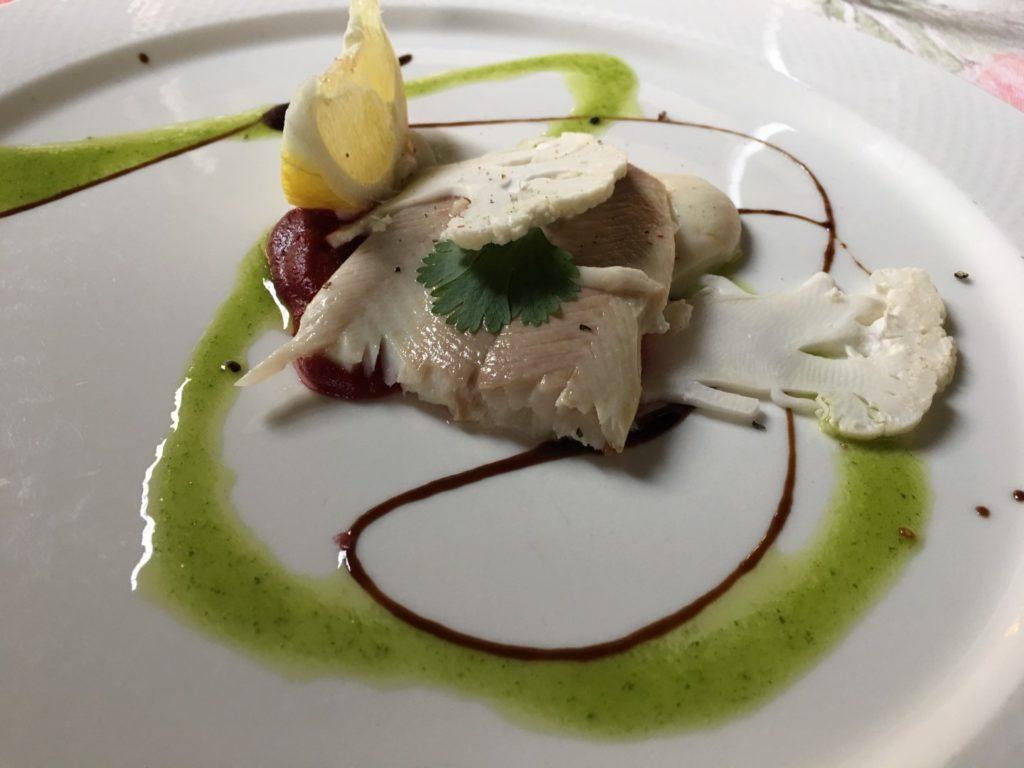 Potrawa fantazyjnie ułożona na białym talerzu