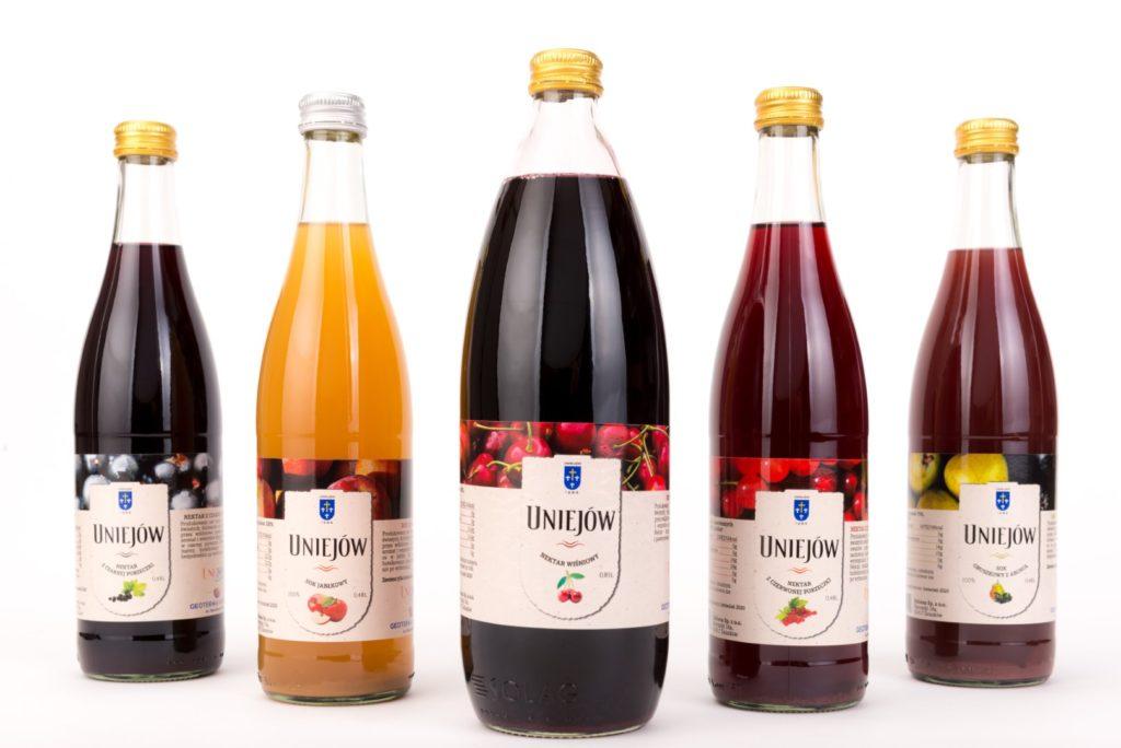 Pięc butelek z róznokolorowymi sokami